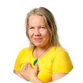 Kuvassa Johanna Mattila hymyilee kameralle kädet rintakehänsä päällä.